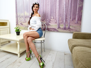 Bellary is  a camgirl with the most pretty smile and sizzling hot body